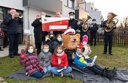 Weihnachtlicher Besuch bei SOS-Kinderdorf-Kindern